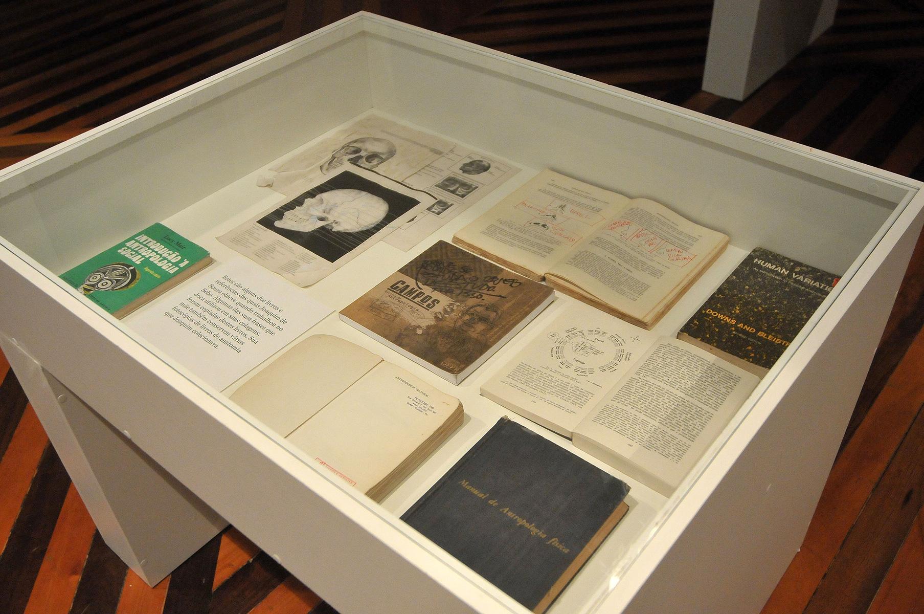 Vitrines com objetos atribuídos a Joaquim Nunes de Souza - Montagem no Solar do Barão - Museu da Gravura cidade de Curitiba - 2010