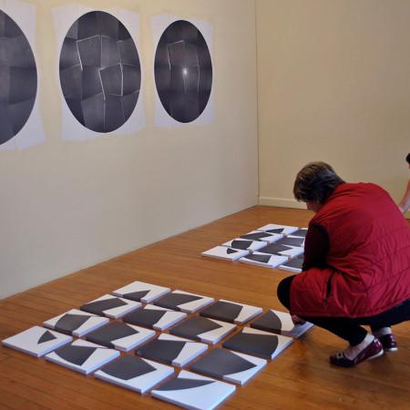 Público destacando os papéis dos blocos na Instalação - foto Eliane Borges